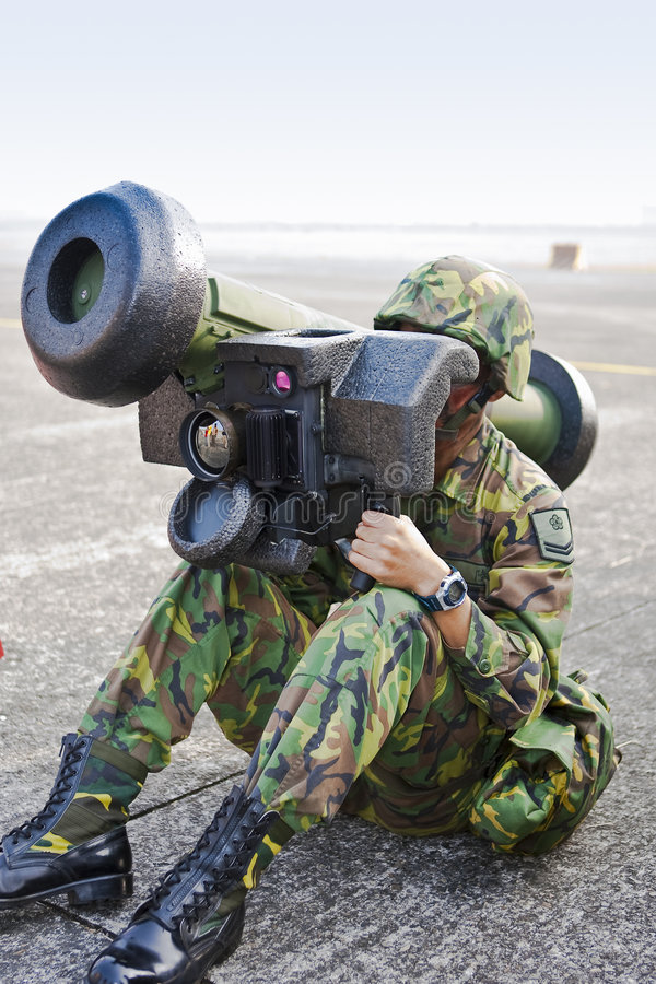 launchermissilen fungerar soldaten arkivfoto