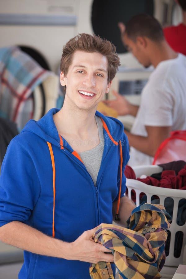laundromat χαμόγελο ατόμων στοκ εικόνα με δικαίωμα ελεύθερης χρήσης