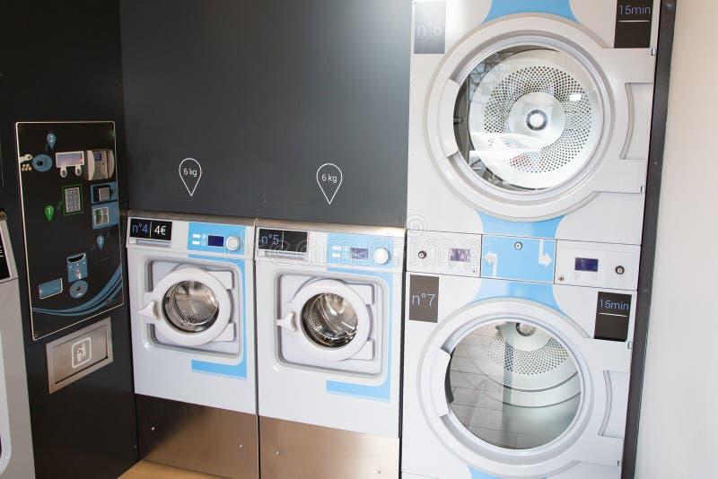 Laundromat de drogersrij van industriële machines kleedt wasmachines stock foto's