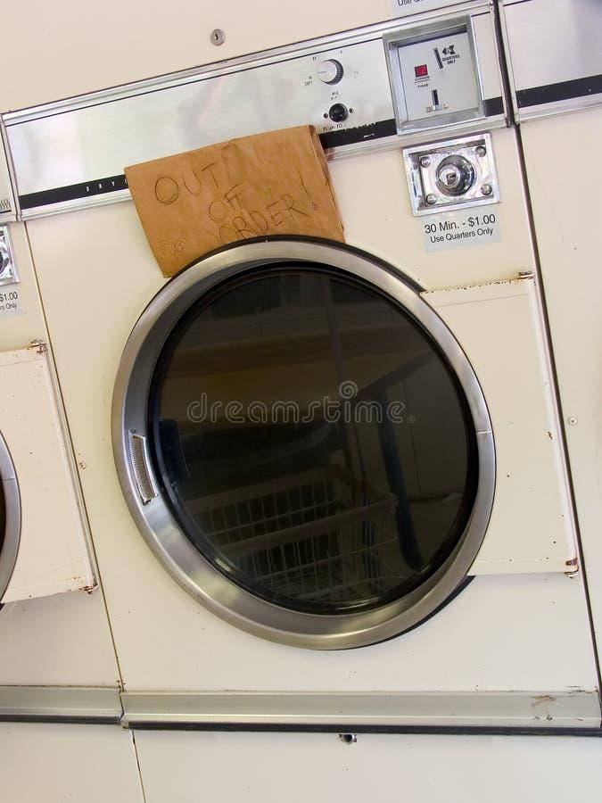 Laundromat droger uit orde stock foto
