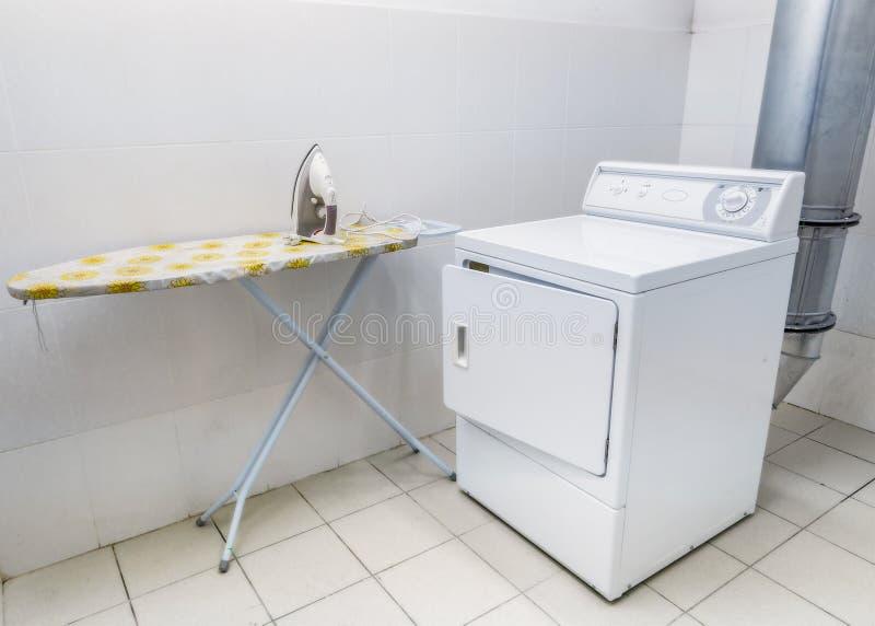 laundromat Wasserijruimte voor kleren Ijzer en wasmachine stock fotografie