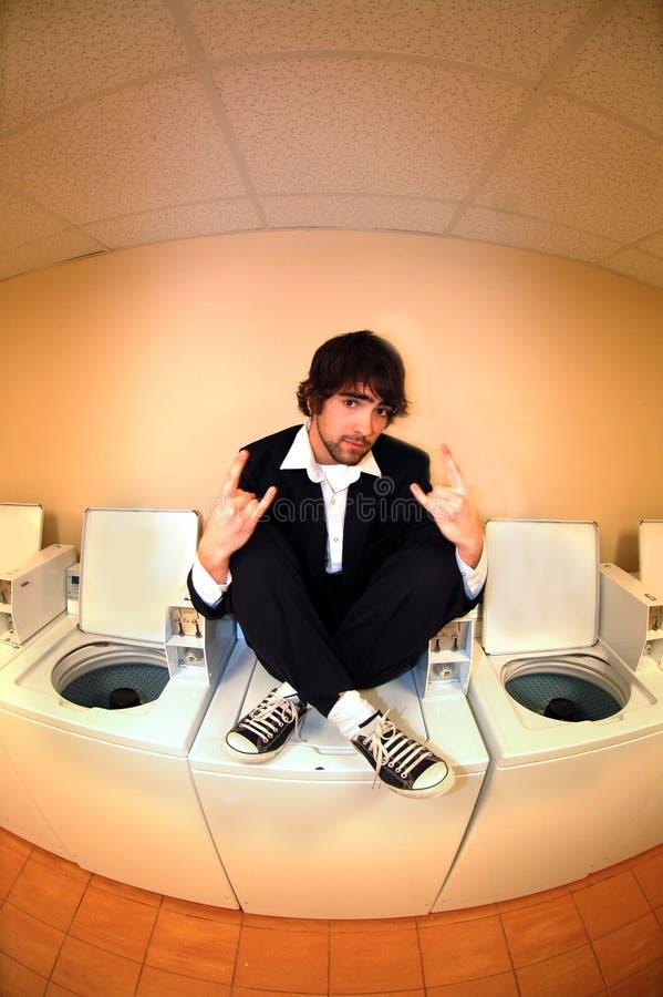 laundrymat sitter arkivfoto