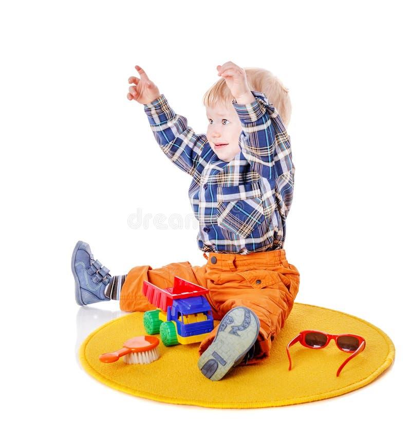 Launisches Jungensitzen lizenzfreie stockfotografie