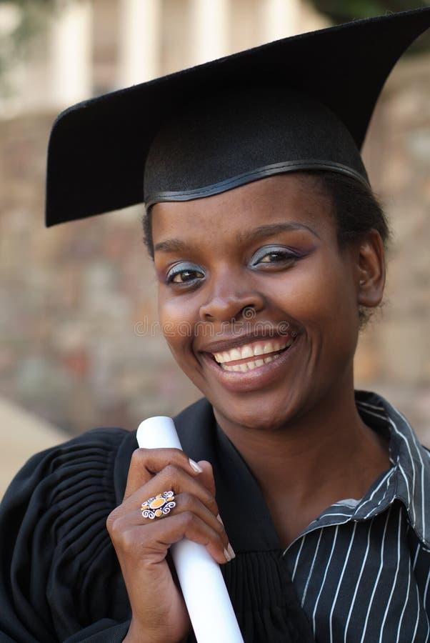 Laurea dello studente di college dell'afroamericano immagini stock