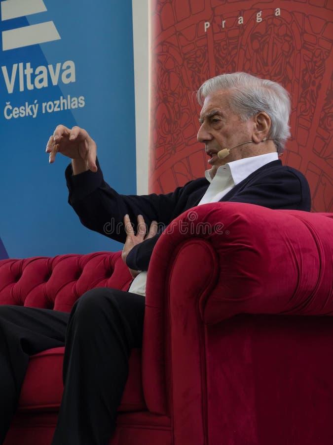 Laureat del premio Nobel in letteratura Mario Vargas Llosa sul mondo Praga 2019 del libro fotografia stock libera da diritti