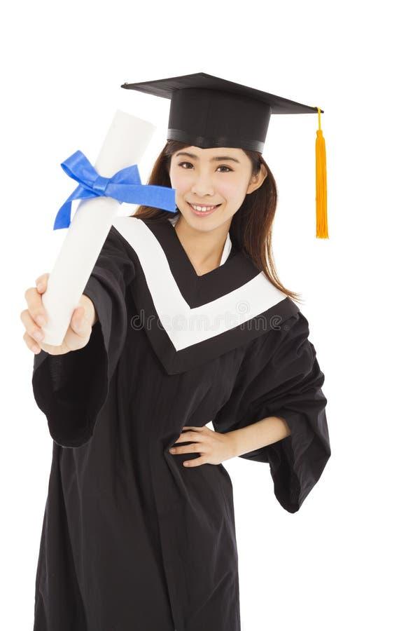 Laureato della giovane donna che indossa in abito accademico tenuta del diplom immagini stock libere da diritti