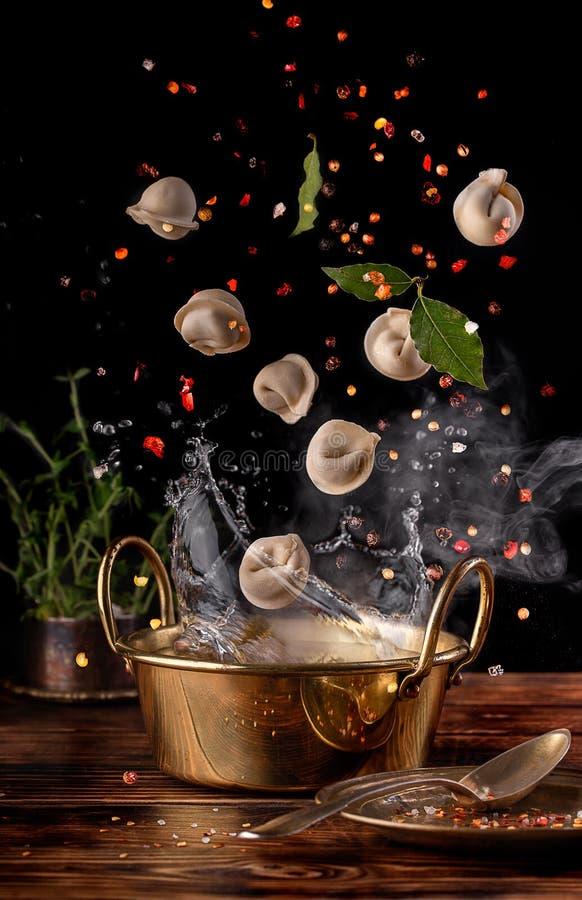 Laurierblad en gekruide ravioli stock afbeeldingen