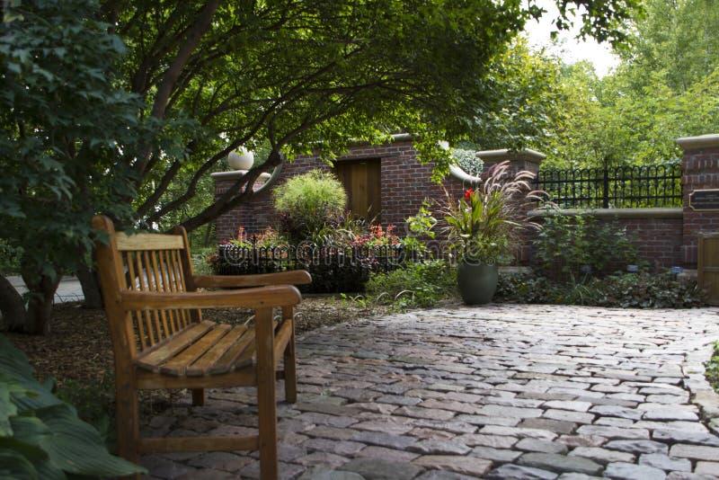 Lauritzen tuiniert, Omaha, Nebraska, banken langs een baksteengang met een lage muur royalty-vrije stock fotografie