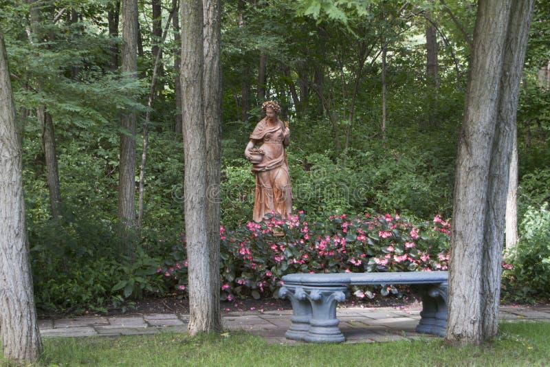 Lauritzentuinen, Omaha, Nebraska, Standbeeld met bank royalty-vrije stock foto