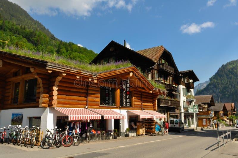 Lauterbrunnen stad i den härliga dalen av schweiziska fjällängar fotografering för bildbyråer