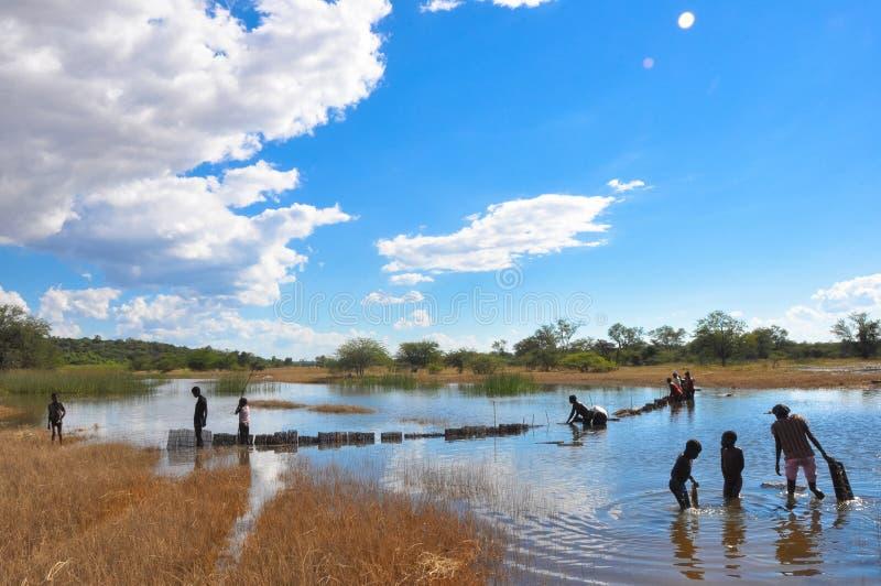 Lavándose en el río, África foto de archivo