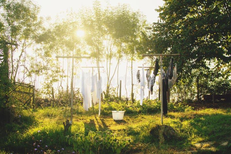 Lavó recientemente la sequedad del lavadero en el exterior de la secuencia en el patio trasero de la granja fotografía de archivo libre de regalías