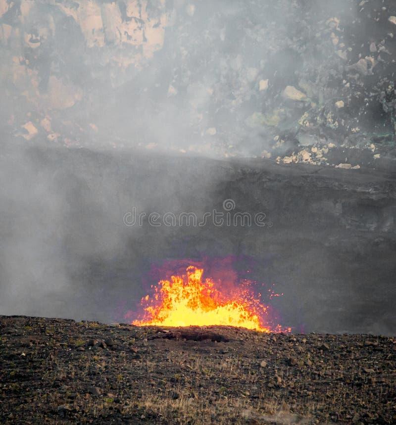Lava bubblar ut ur den Kilauea krater i Hawaii arkivbilder