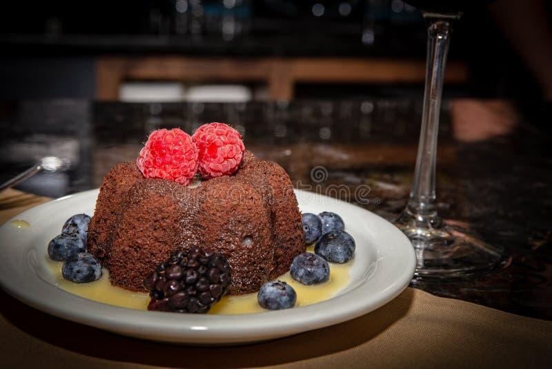 Lava Cake fondu avec le fruit images libres de droits