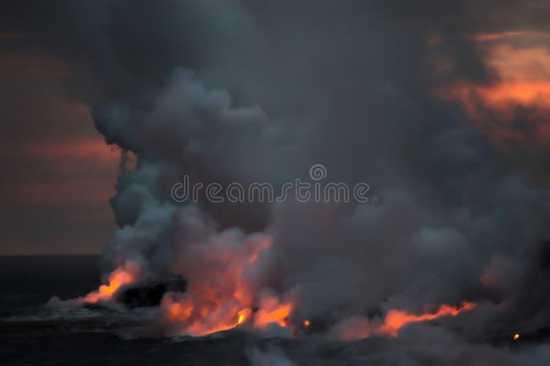 Lava che scorre nell'oceano fotografia stock