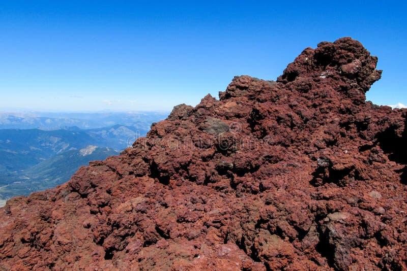 Lava congelata rossa del cratere vulcanico fotografia stock
