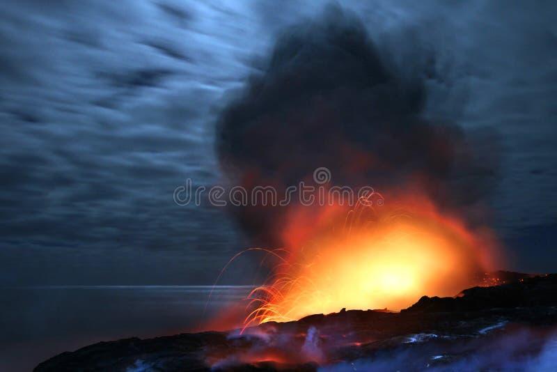Lava de explosão na noite fotos de stock