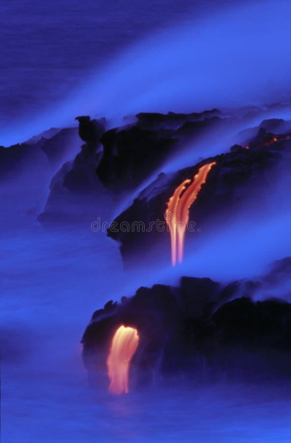 Lava, die in das Meer fließt lizenzfreies stockfoto