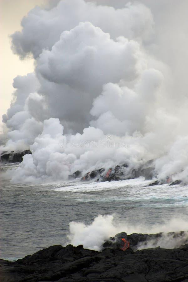 Lava die in de oceaan stroomt royalty-vrije stock fotografie