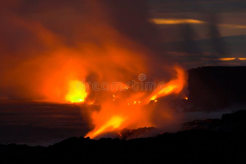 Lava, die in den Ozean fließt lizenzfreie stockfotos