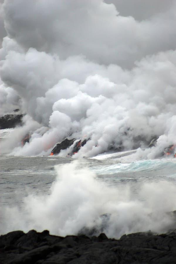 Lava, die in den Ozean fließt stockbild