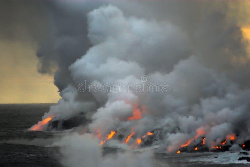 Lava, die in den Ozean fließt lizenzfreies stockfoto