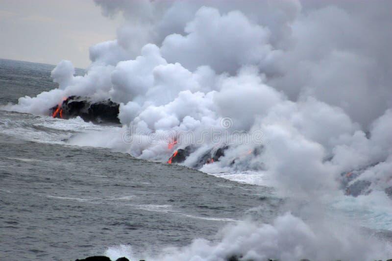 Lava, die in den Ozean fließt stockbilder