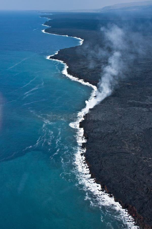 Lava die in Oceaan stroomt stock foto's