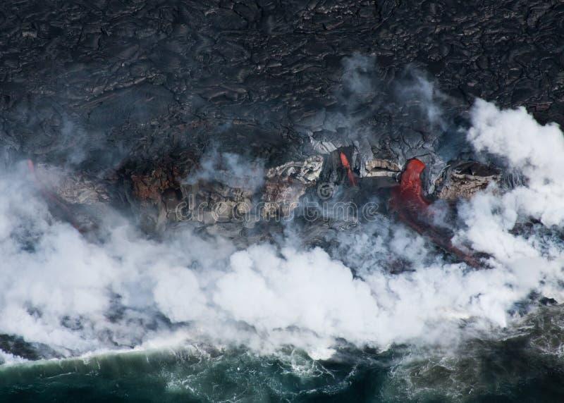 Lava, die in Ozean fließt stockfotografie