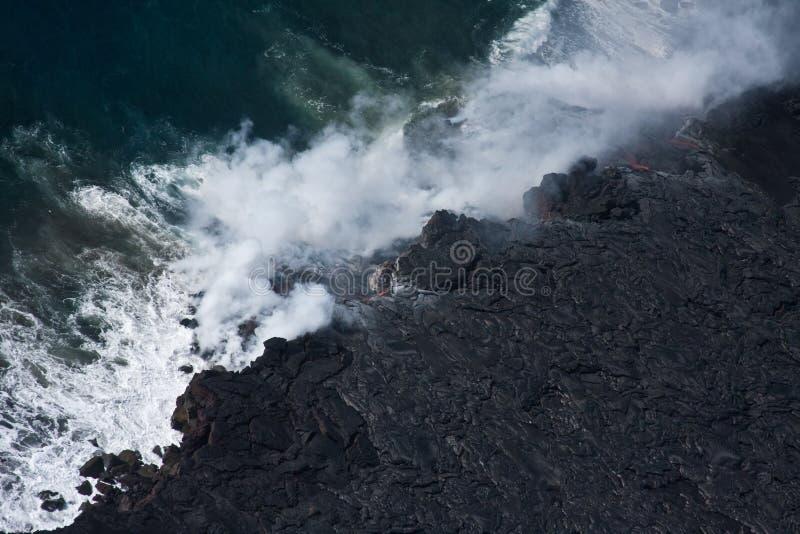 Lava, die in Ozean fließt lizenzfreie stockfotos