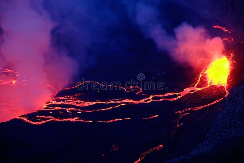 Lava en stoom in krater van Nyiragongo-vulkaan in Virunga-Natie stock afbeeldingen