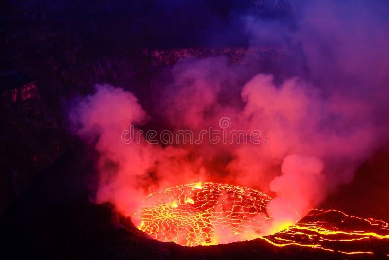 Lava en stoom in krater van Nyiragongo-vulkaan in Virunga-Natie royalty-vrije stock fotografie