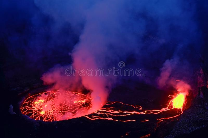 Lava en stoom in krater van Nyiragongo-vulkaan in Virunga-Natie royalty-vrije stock foto's