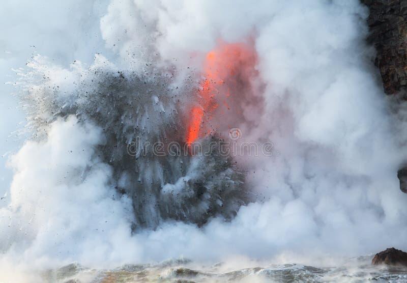 Lava explodiert auf Eintritt in Meerwasser stockbild
