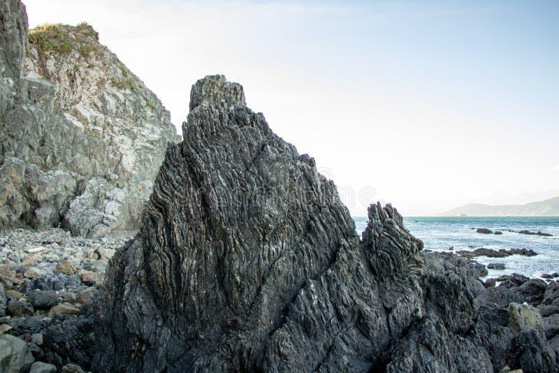 Lava Formed Rocks Patterns, baía Nova Zelândia do disjuntor fotos de stock
