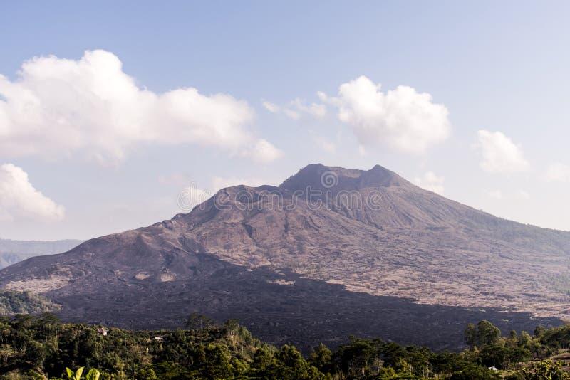 Lava fredda nera di Bali Indonesia del batur Gunung del vulcano attivo immagini stock libere da diritti