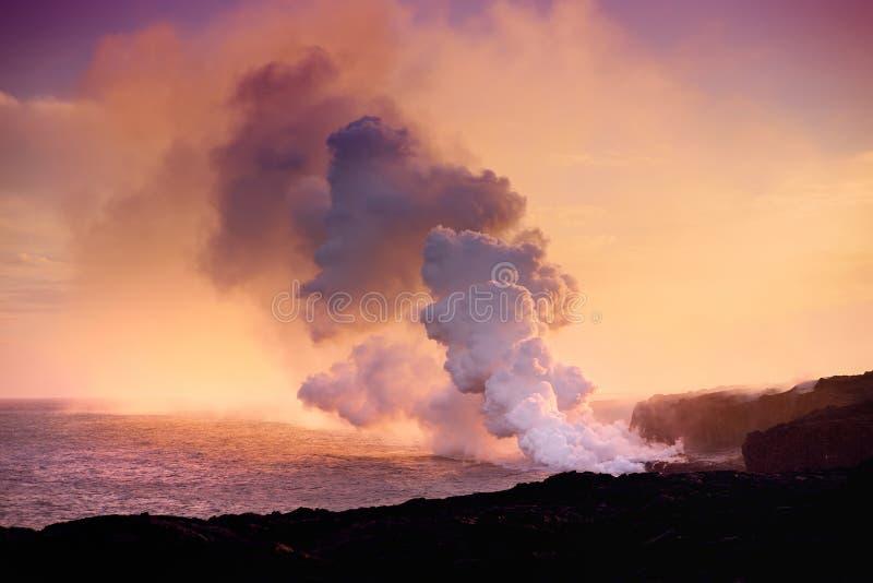 Lava het gieten in de oceaan die tot een reusachtige giftige pluim van rook leiden bij de Vulkaan van Hawaï ` s Kilauea, Vulkanen stock foto