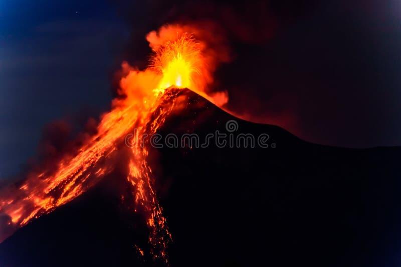 A lava jorra de entrar em erupção o vulcão de Fuego na Guatemala fotografia de stock