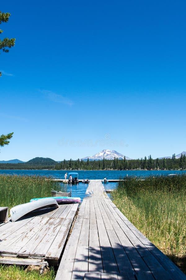 Lava Lake längs kaskad krökningen Oregon för scenisk Byway för sjöar den near royaltyfri foto