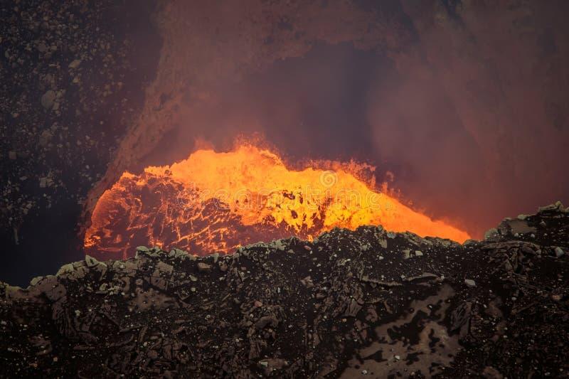 Lava och aska under fortsatt utbrott arkivbilder