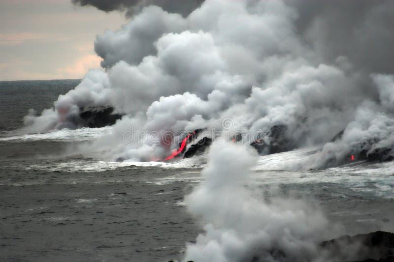 Lava que fluye en el océano foto de archivo libre de regalías