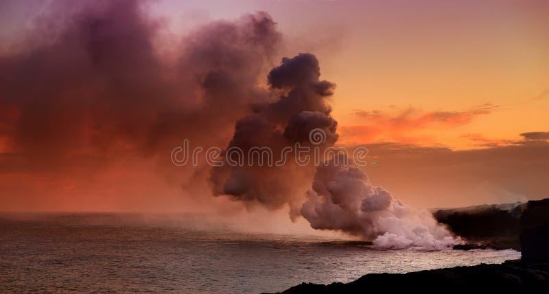 Lava que vierte en el océano que crea un penacho venenoso enorme del humo en el volcán del ` s Kilauea de Hawaii, volcanes parque imagen de archivo