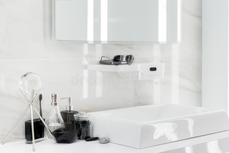 Lavabo électronique avec la décoration dans la salle de bains photos stock