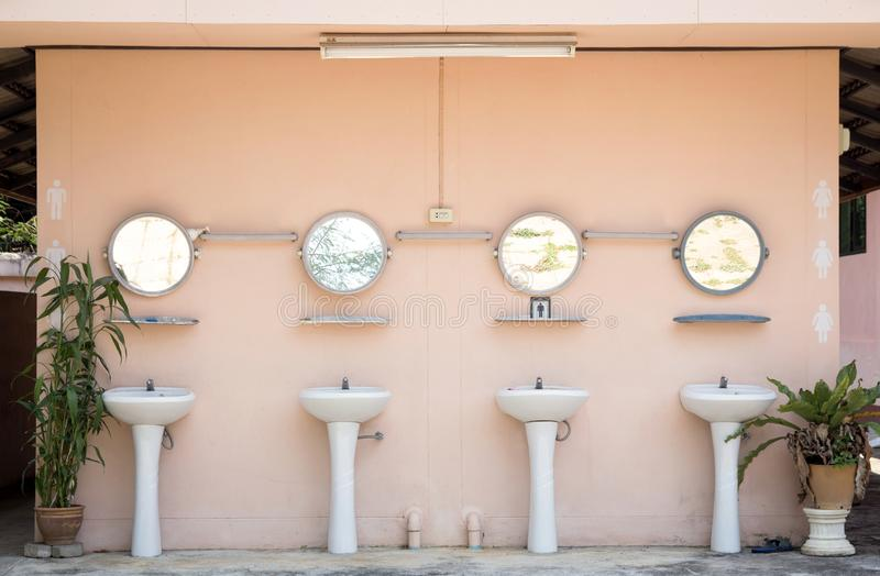 Lavabo de lavado de la mano en retrete público imagen de archivo
