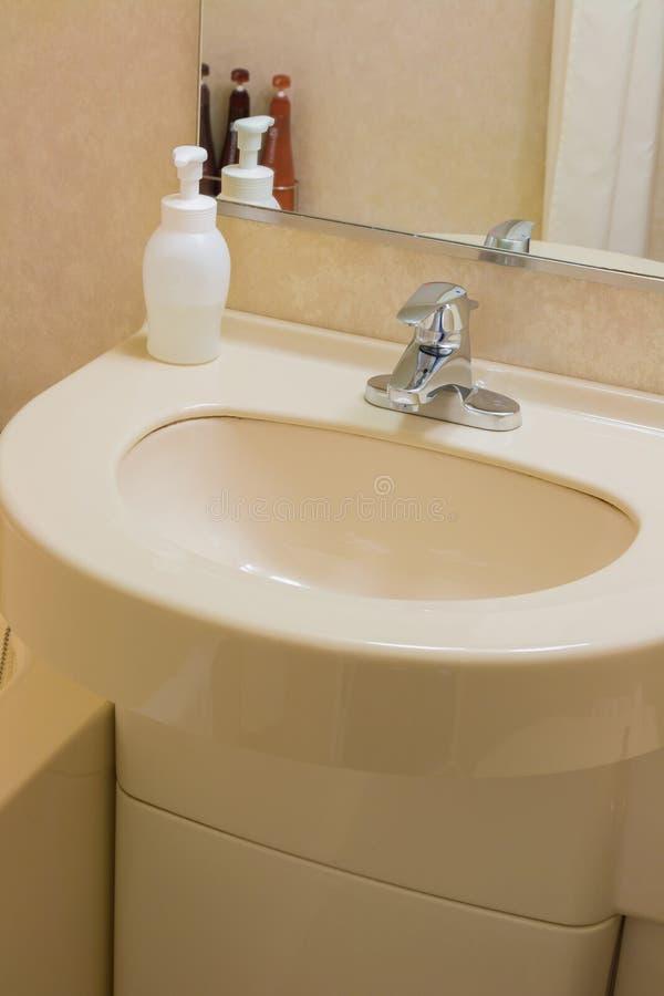 Lavabo de luxe dans une salle de bains, un intérieur moderne images stock