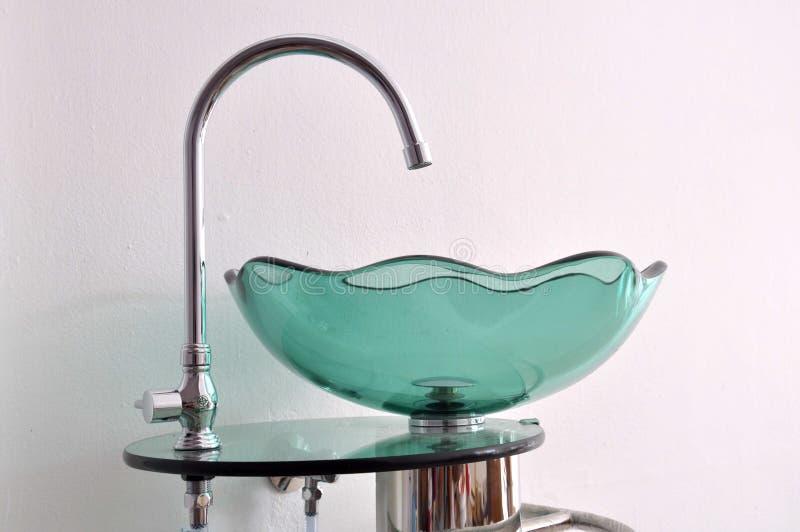 Lavabo de main de cuvette en verre images stock