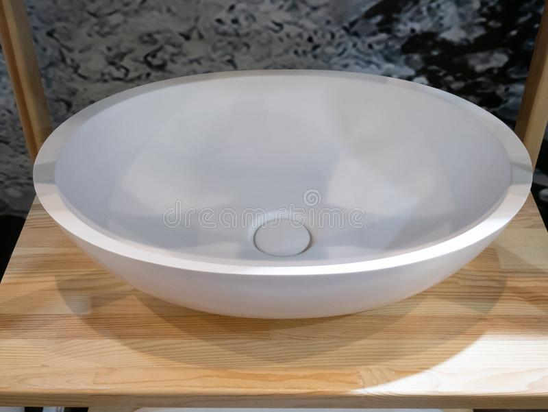 Lavabo de piedra de cerámica de la elipse moderna o blanco blanco imagen de archivo libre de regalías
