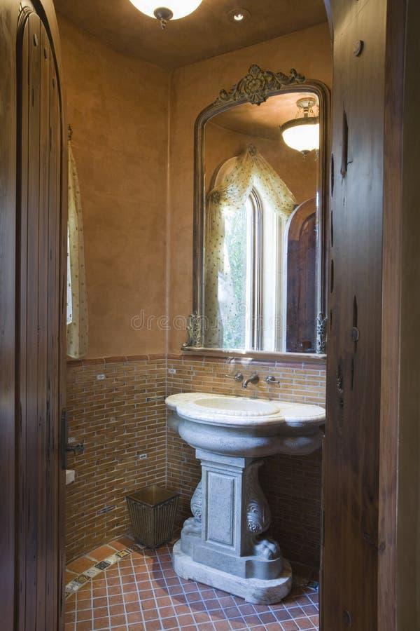 Lavabo de piedra en cuarto de baño fotografía de archivo libre de regalías