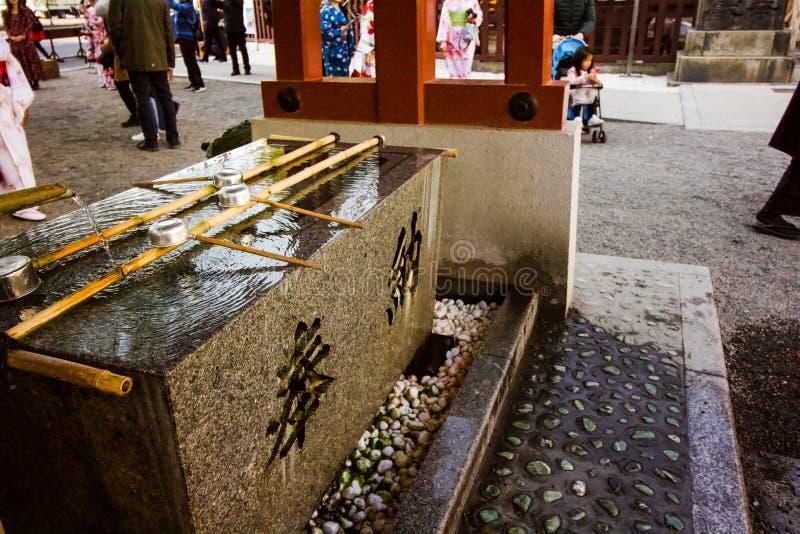 Lavabo de temple dans la cour de cour images libres de droits