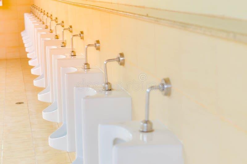 Lavabo degli uomini della toilette in costruzione moderna immagini stock libere da diritti